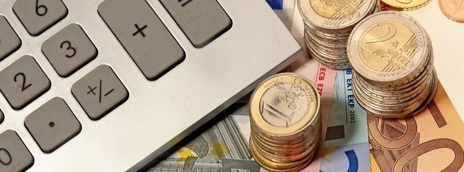 Taschenrechner und Geldstücke