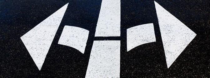 Strassenpfeile geradeaus, rechts und links