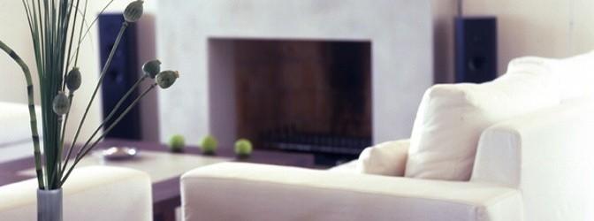 Gepflegtes,a ufgeräumtes Wohnzimmer mit Kamin