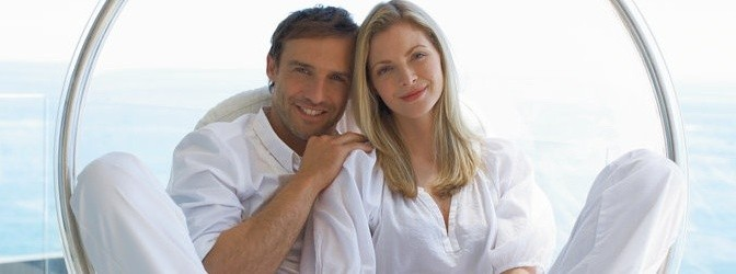 Lächelndes Paar in Hollywoodschaukel