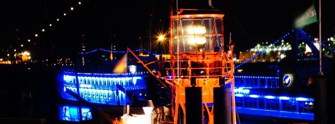 Lecutfeuer mit nächtlichem Hafenambiente