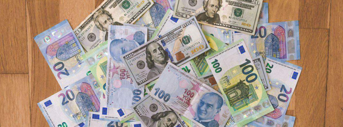 Geldnoten auf einem Tisch